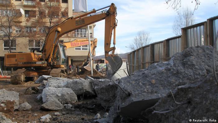 Mauer in Mitrovica wird eingerissen