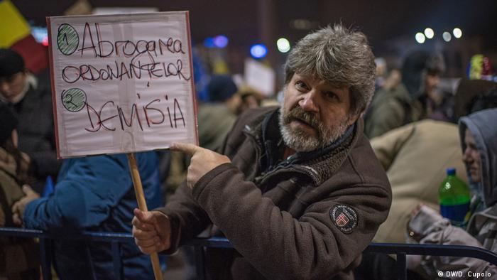 Электротехник из Бухареста Сорин Табан с самодельным плакатом
