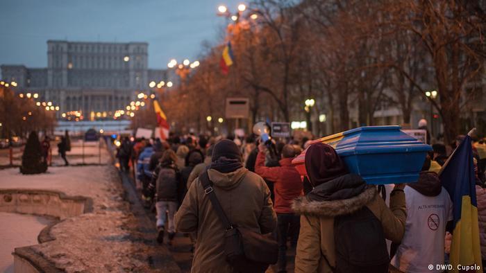 Живая цепь из протестующих вокруг здания парламента