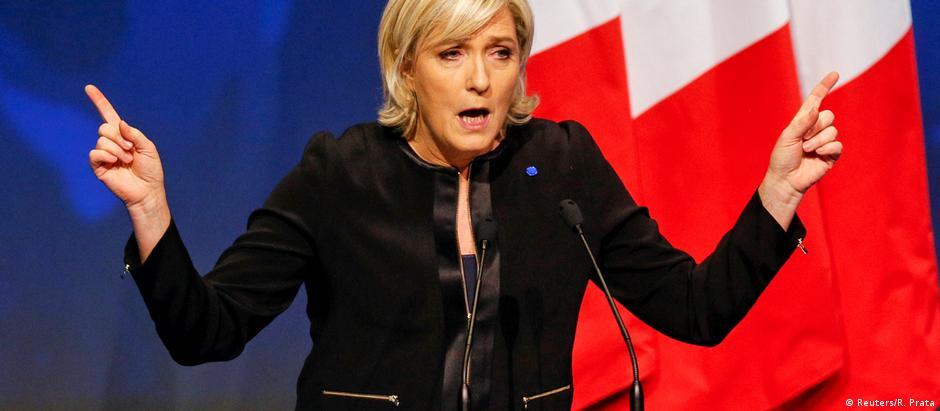 Marine Le Pen é suspeita de desviar recursos da Eurocâmara para pagar funcionários que não atuam no Parlamento