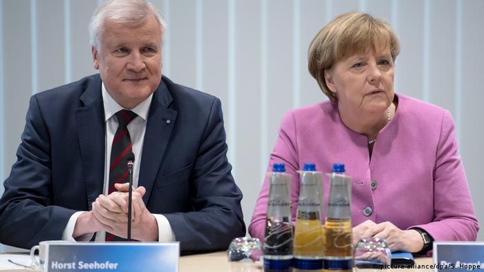 Ο επικεφαλής της CSU Χορστ Ζεεχόφερ με την πρόεδρο του CDU και καγκελάριο Άγκελα Μέρκελ