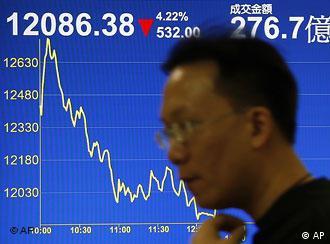 Chinese vor einer Anzeige mit fallendem Börsenindex. (Quelle: AP)