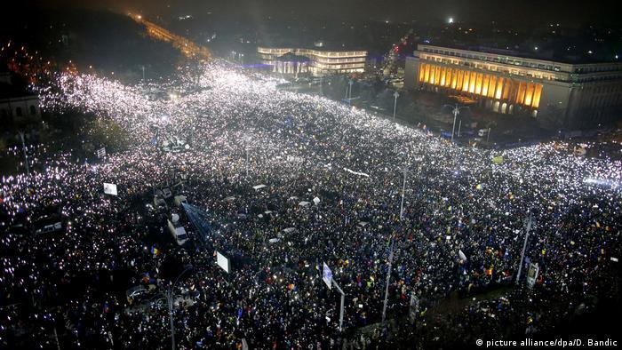 Rumänine 100.000 Teilnehmer bei neuer Demonstration gegen die (picture alliance/dpa/D. Bandic)
