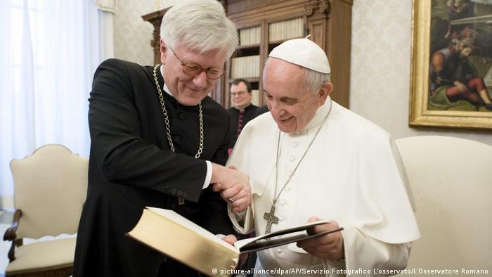 O presidente do conselho da Igreja evangélica da Alemanha aperta a mão do papa Francisco