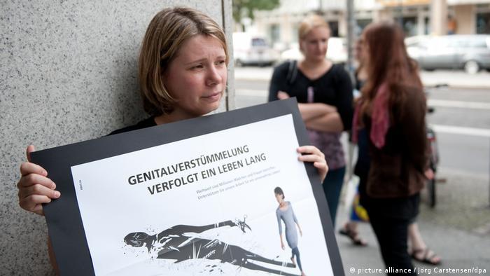 Weibliche Genitalverstümmelung in Deutschland - Straßentheater-Aktion (picture alliance / Jörg Carstensen/dpa)