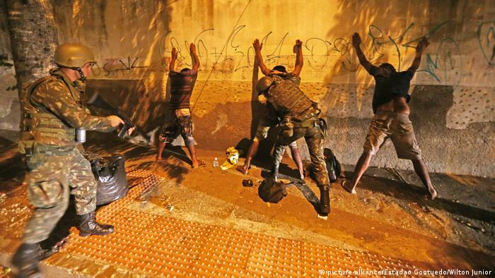 Brasilien Soldaten untersuchen verdächtige Personen in Vitoria
