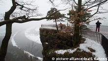 Touristen stehen am 06.02.2017 bei Rathen (Sachsen) am Zugang zur Aussicht von der Bastei-Felsformation im Elbsandsteingebirge im Nationalpark Sächsische Schweiz. Die bereits seit Monaten abgesperrte Bastei-Aussicht auf einer Felsnase kann aufgrund von Sicherheitsbedenken nicht mehr zum Betreten freigegeben werden und bleibt endgültig gesperrt. (zu dpa «Berühmte Bastei-Aussicht bleibt für immer gesperrt» vom 06.02.2017) Foto: Sebastian Kahnert/dpa-Zentralbild/dpa +++(c) dpa - Bildfunk+++ | Verwendung weltweit Bilder des Tages mit Deutschlandbezug