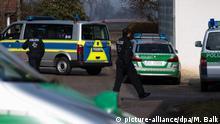 07.02.2017+++ Polizisten stehen am 07.02.2017 vor einem Wohnhaus in Pliening (Bayern). In dem Haus hat zuvor ein SEK-Einsatz gegen einen Reichsbürger stattgefunden. Foto: Matthias Balk/dpa | Verwendung weltweit