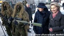 07.02.2017+++ Bundesverteidigungsministerin Ursula von der Leyen (r, CDU) und die Präsidentin von Litauen, Dalia Grybauskaite, stehen am 07.02.2017 in Rukla in Litauen mit Scharfschützen der litauischen Armee zusammen. Die Bundeswehr führt in Litauen ein Nato-Bataillon zur Abschreckung Russlands. Litauen fühlt sich wie die beiden anderen baltischen Staaten und Polen durch den mächtigen Nachbarn Russland bedroht. Foto: Kay Nietfeld/dpa | Verwendung weltweit