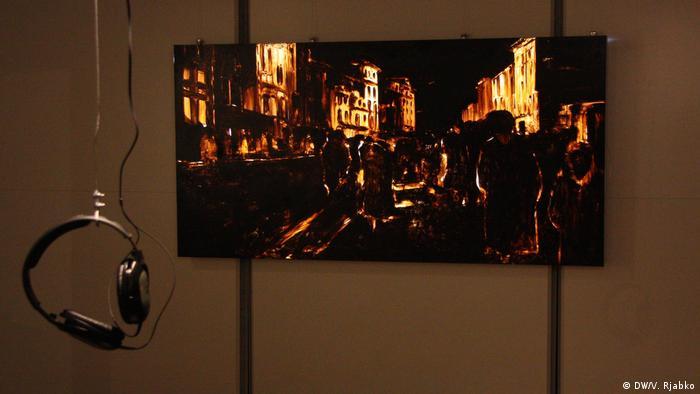 Вадим Леухин воссоздал значки-светлячки, которые делали блокадники для того, чтобы передвигаться по городу в темноте. Он также создал панно, показывающее пробирающихся на ощупь ленинградцев, которые еще вчера наслаждались светлым городом, а сегодня оказались в темноте, которой нет конца…