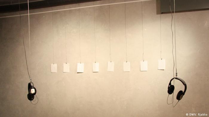 Работа художницы Элис Перагин Crossing the Lines рассказывает о границах и блокадах, которые продолжают существовать между странами и народами. Она беседовала на эти темы с разными людьми, а из сохранившихся заметок сделала открытки на немецком, английском и русском языках.