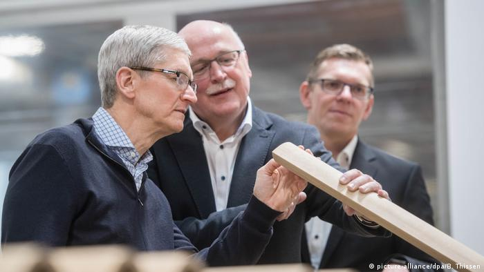 Deutschland | Apple-Chef Tim Cook im Münsterland (picture-alliance/dpa/B. Thissen)
