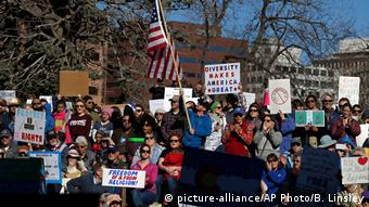 Denver Trump Protest gegen Muslim Ban (picture-alliance/AP Photo/B. Linsley)