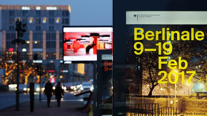 67. Berlinale 2017 - Werbeplakate (picture-alliance/dpa/J. Kalaene)