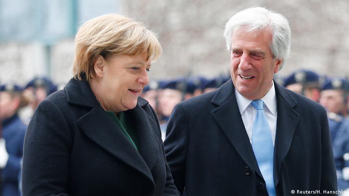 Deutschland Angela Merkel empfängt Tabaré Vázquez in Berlin (Reuters/H. Hanschke)