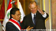 ***Archivbild*** Peruvian President Alejandro Toledo, left, and new Finance Minister Pedro Pablo Kuczynski greet the media during the swearing in ceremony at the government palace in Lima, Peru, on Monday, Feb. 16, 2004. Toledo swore in seven politically independent ministers to his 16-member Cabinet Monday in what opponents called a ``last chance'' effort to save his presidency. (AP Photo/Silvia Izquierdo) |