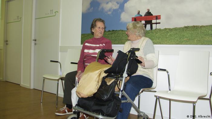 Deutschland Rezept gegen Landarztmangel - Zwei Seniorinnen im Gesundheitszentrum Büsum