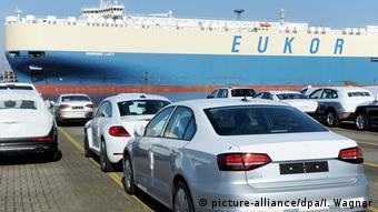 Niemieckie samochody czekają na załadunek w porcie w Bremerhaven