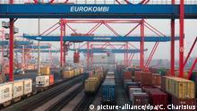 ARCHIV - Container werden am 25.01.2017 beim Logistikunternehmen Eurokombi im Hafen von Hamburg auf Güterzüge verladen. Deutschlands Exporteure haben trotz politischer Unsicherheiten und der Schwäche des Welthandels im vergangenen Jahr Kurs auf ein Rekordjahr genommen. (zu dpa Weiteres Rekordjahr für Deutschlands Exportwirtschaft? vom 08.02.2017) Foto: Christian Charisius/dpa +++(c) dpa - Bildfunk+++