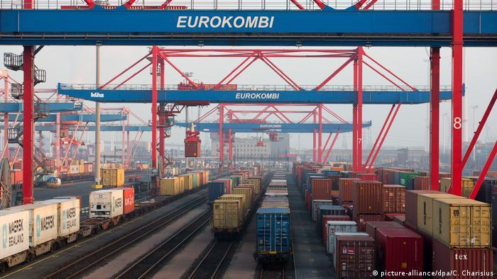Containerverkehr in Hamburg (picture-alliance/dpa/C. Charisius)