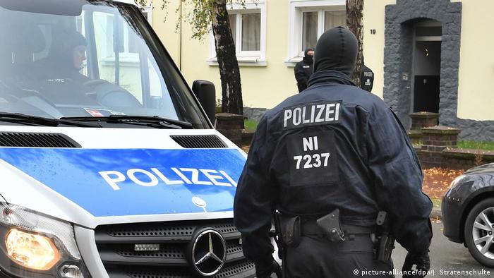 Deutschland Polizei Razzia (picture-alliance/dpa/J. Stratenschulte)