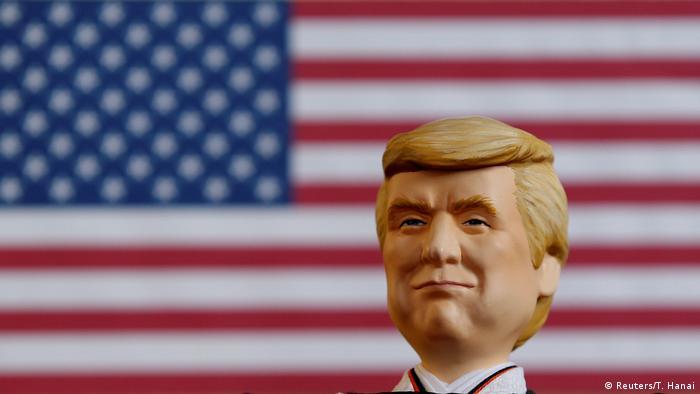 Трамп в виде куклы на фоне флага США