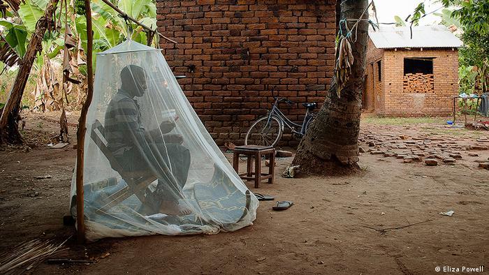 Tansania Menschlicher Köder unterm Moskitonetz (DW/J. Groß)