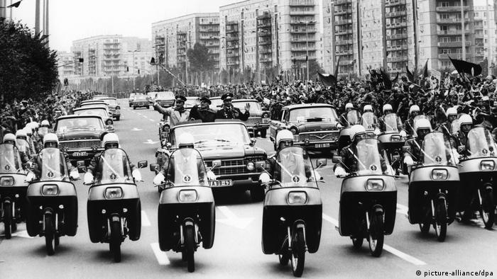 Sigmund Jähn, DDR-Kosmonaut | Ost-Berlin, Parade Kosmonauten (picture-alliance/dpa)