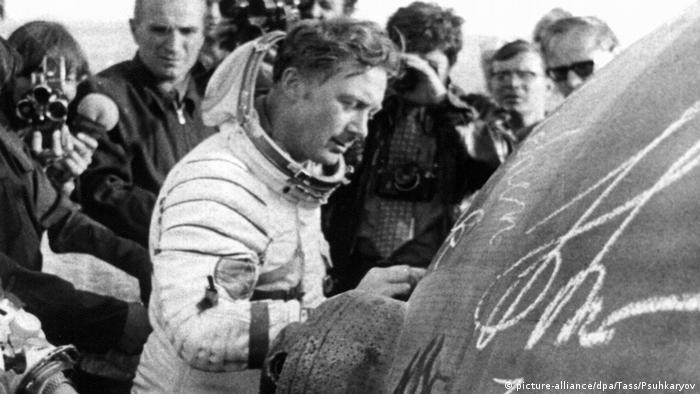 Sigmund Jähn, DDR-Kosmonaut | Unterschrift Landungskapsel Kasachstan (picture-alliance/dpa/Tass/Psuhkaryov)