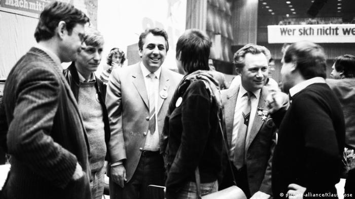 Sigmund Jähn, DDR-Kosmonaut | mit Gehrke & Krenz 7. Bundeskongress der SDAJ (picture-alliance/Klaus Rose)