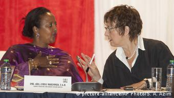 Kenia Nairobi Amina Mohamed und Brigitte Zypries (picture-alliance/AP Photo/S. A. Azim)