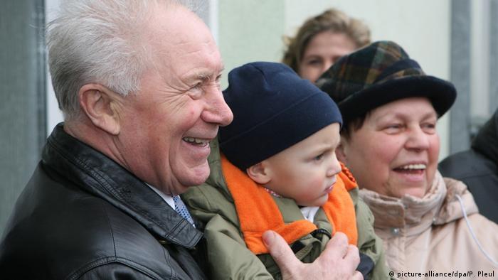 Sigmund Jähn, DDR-Kosmonaut | mit Familie (picture-alliance/dpa/P. Pleul)