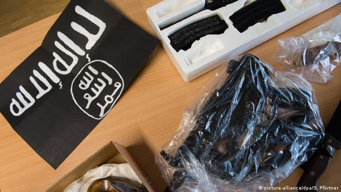 Islamic State flag and weapon sitting on evidence table at trial in Göttingen (picture-alliance/dpa/S. Pförtner)