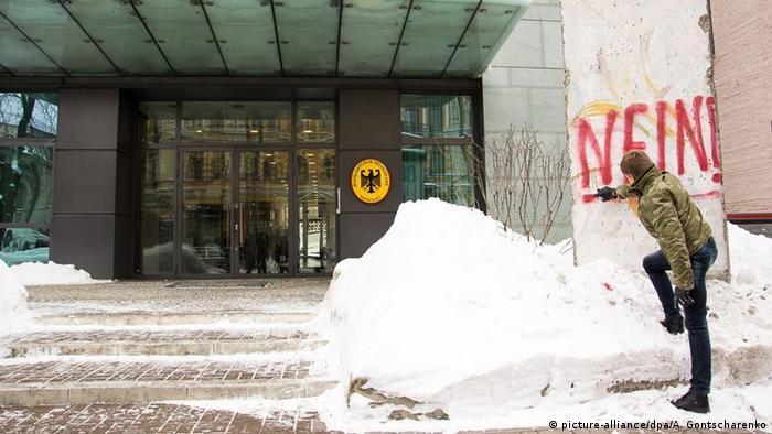 Олексій Гончаренко зробив напис на фрагменті Берлінського муру біля посольства ФРН у Києві