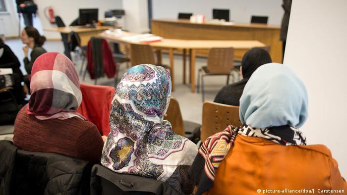 Foto ilustrasi tiga perempuan berjilbab di Berlin