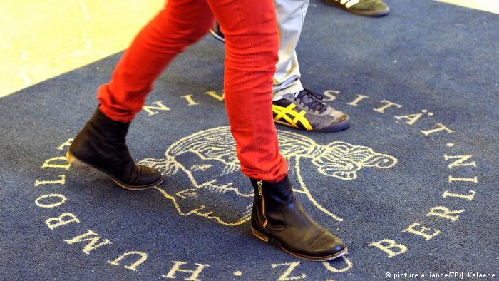 Estudante anda na recepção da Universidade Humboldt de Berlim