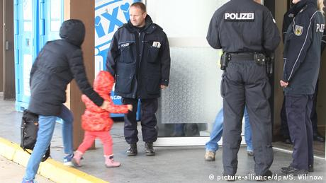 Deutschland Abschiebungen abgelehnter Asylbewerber in Leipzig (picture-alliance/dpa/S. Willnow)