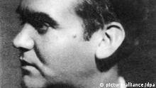 ARCHIV - Archivfoto von 1936 zeigt Federico Garcia Lorca. Spaniens berühmtester und bis heute meistübersetzter zeitgenössischer Dichter und Dramatiker wurde am 19. August 1936, gerade 38 Jahre alt, einen Monat nach Beginn des Spanischen Bürgerkriegs in der Schlucht von Viznar bei Granada hingerichtet. Fast 70 Jahre danach ist nun ein Streit darüber entbrannt, ob Garcia Lorcas Gebeine exhumiert und der Poet endlich würdevoll bestattet werden soll. Anlass der Kontroverse ist, dass die Hinterbliebenen der drei anderen Exekutierten das Grab öffnen lassen wollen. dpa (nur s/w - zu dpa 0480) +++(c) dpa - Bildfunk+++