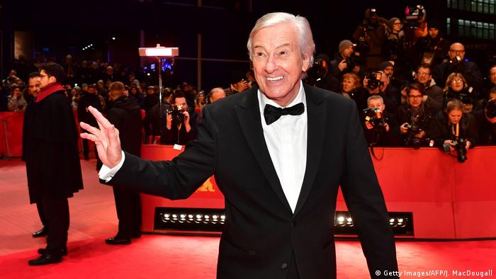Paul Verhoeven waves from the red carpet (c): Getty Images/AFP/J. MacDougall