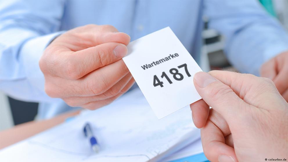 Deutschkurse | Nicos Weg | A1_E2_L4_Wartemarke_4187_23698686