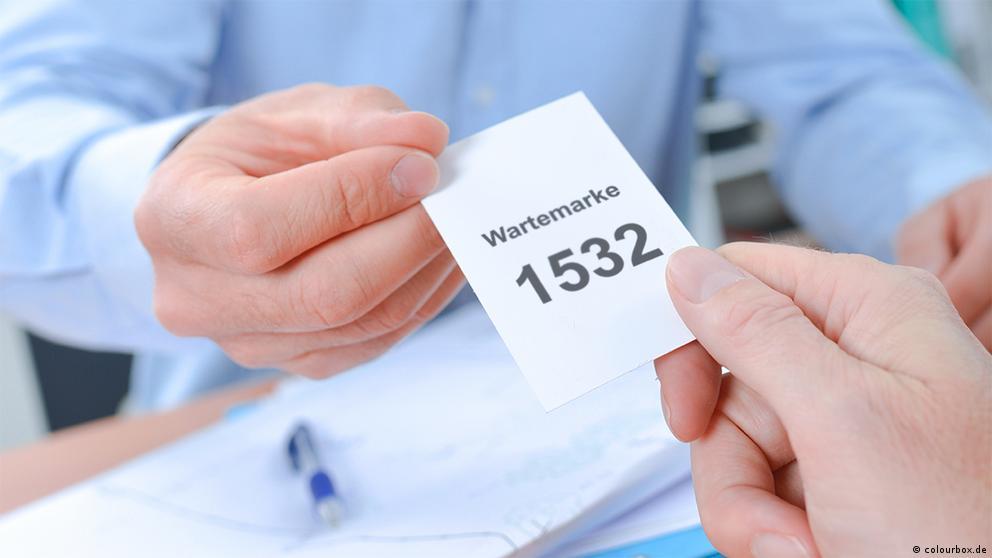 Deutschkurse | Nicos Weg | A1_E2_L4_Wartemarke_1532_23698686