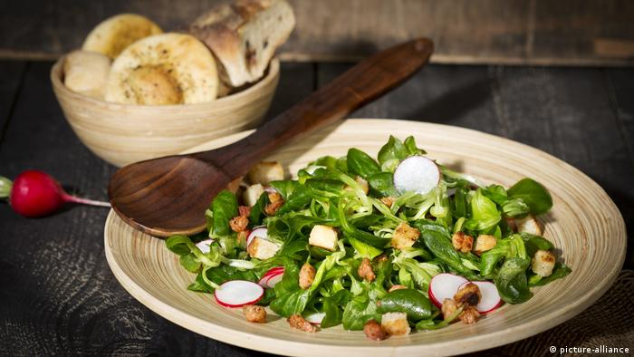 A salad made with lamb's lettuce, radishes and croutons (photo: picture-alliance)