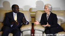 UGANDA Finanzminister Matia Kasaija (L)