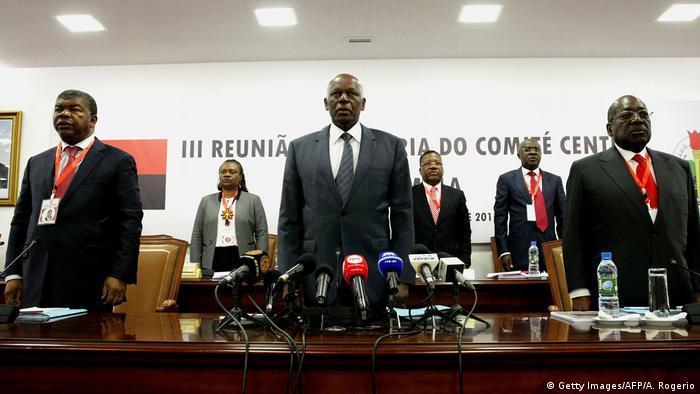 João Lourenço (esq.) e José Eduardo dos Santos (centro) durante a reunião do Comité Central do MPLA (03.02.17)