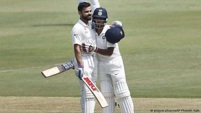 Indien Hyderabad Cricket Testspiel mit Bangladesch Virat Kohli, Wriddhiman Saha (picture-alliance/AP Photo/A. Rahi)