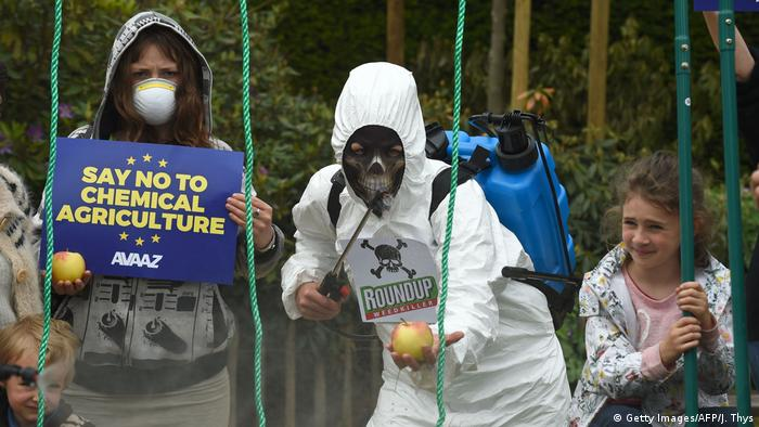Avaaz campaigner dress as crop-sprayers at a protest against glyphosate outside the European Commission Glyphosat (Getty Images/AFP/J. Thys)