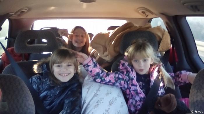 Kroatien Kinder der Familie Popovic bei der Fahrt nach Deutschland