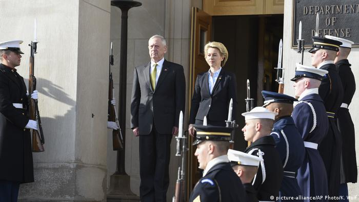 USA Treffen Ursula von der Leyen mit Jim Mattis im Pentagon (picture-alliance/AP Photo/K. Wolf)