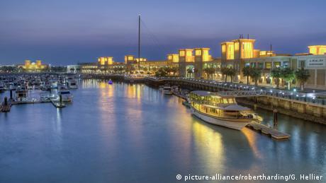 Kuwait Hafen Souk Shark Mall and Kuwait harbour, illuminated at dusk (picture-alliance/robertharding/G. Hellier)
