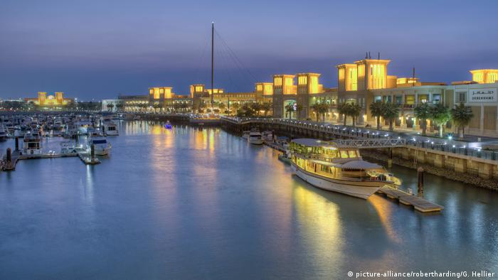 Kuwait Hafen Souk Shark Mall and Kuwait harbour, illuminated at dusk (picture-alliance/robertharding/G. Hellier)